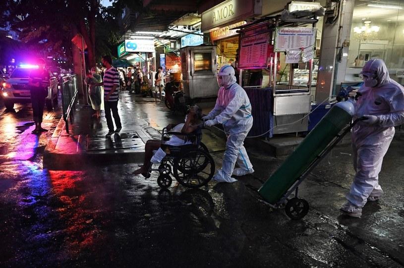 Bangkok, służby medyczne i pacjent zakażony sARS-CoV-2 /Lillian SUWANRUMPHA / AFP /AFP