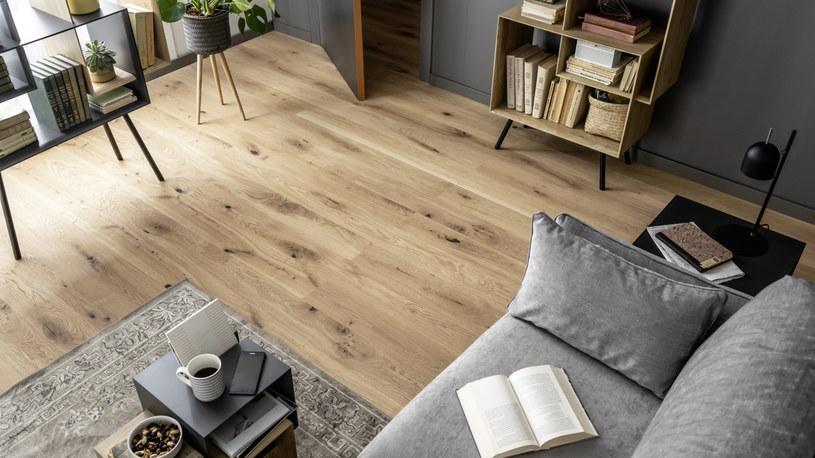 banie o drewnianą podłogę nie jest ani trudne, ani czasochłonne, a plusów z jej posiadania jest sporo /materiały prasowe