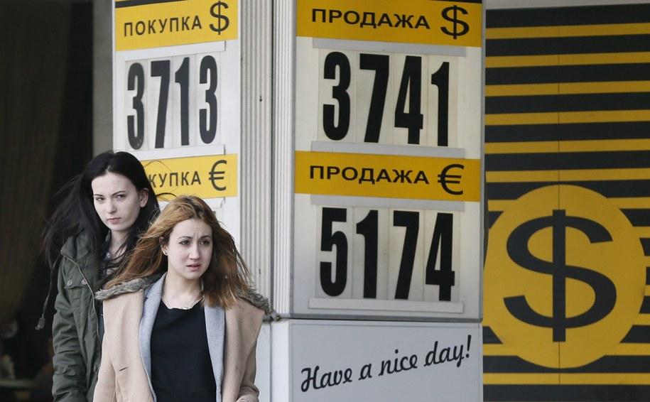 Bank centralny Rosji sprzedał około 10 mld dolarów, by powstrzymać osłabianie się rubla /YURI KOCHETKOV /PAP/EPA