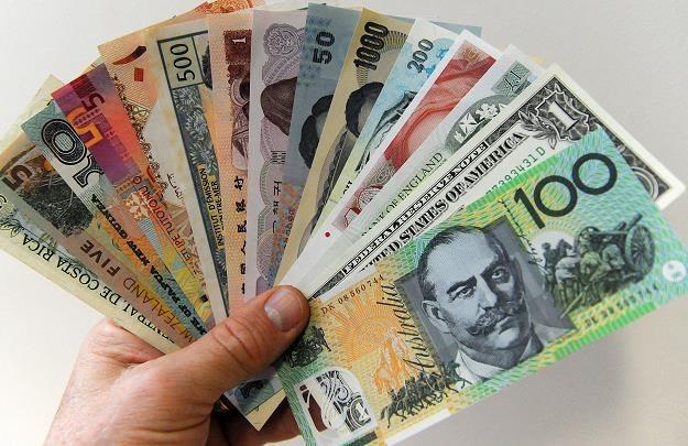 Banki centralnie mieszają na rynku walutowym /AFP