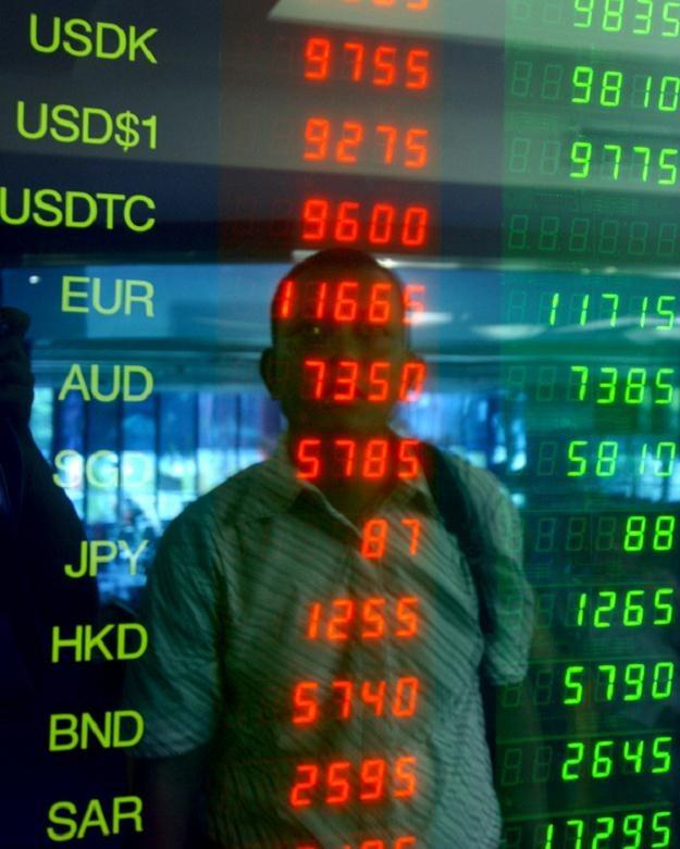 Banki najwięcej zarabiają na kursach /AFP