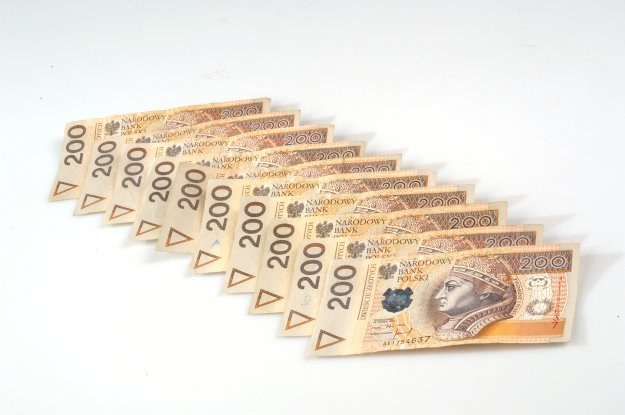 Banki obniżają opłaty za prowadzenie rachunku, wprowadzają darmowe przelewy, bezprowizyjne bankomaty /© Bauer