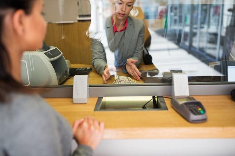 Banki podniosą prowizje /123RF/PICSEL