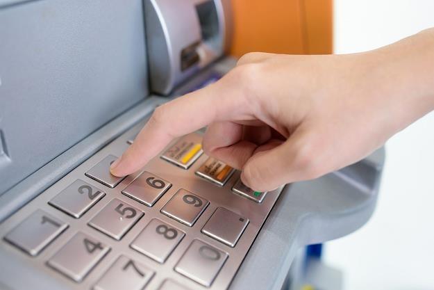 Banki podnoszą opłaty! /©123RF/PICSEL