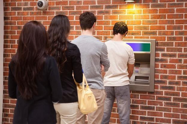 Banki wprowadzają opłaty za korzystanie z bankomatów. 5 mln Polaków korzysta z nich /©123RF/PICSEL