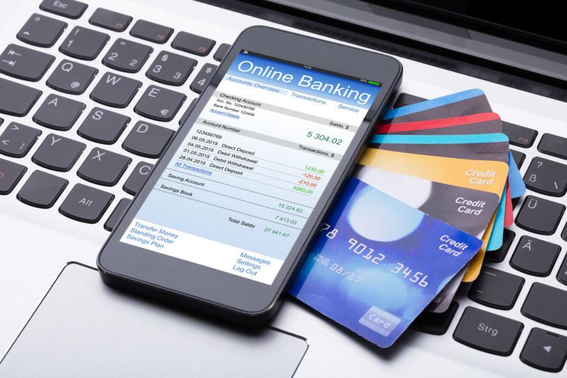 Bankom nie będzie łatwo podnosić opłaty. /123RF/PICSEL