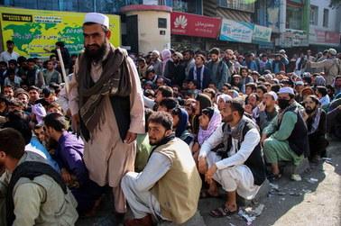 """Bankom w Afganistanie kończą się dolary. """"Będą protesty i przemoc"""""""