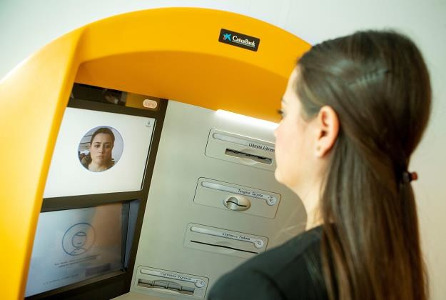 Bankomat Caixabank w Barcelonie /EPA