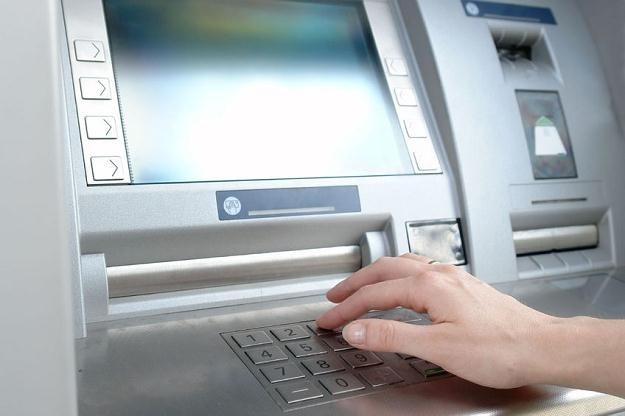 "Bankomat ""zjadł"" ci kartę? Nie panikuj! /©123RF/PICSEL"