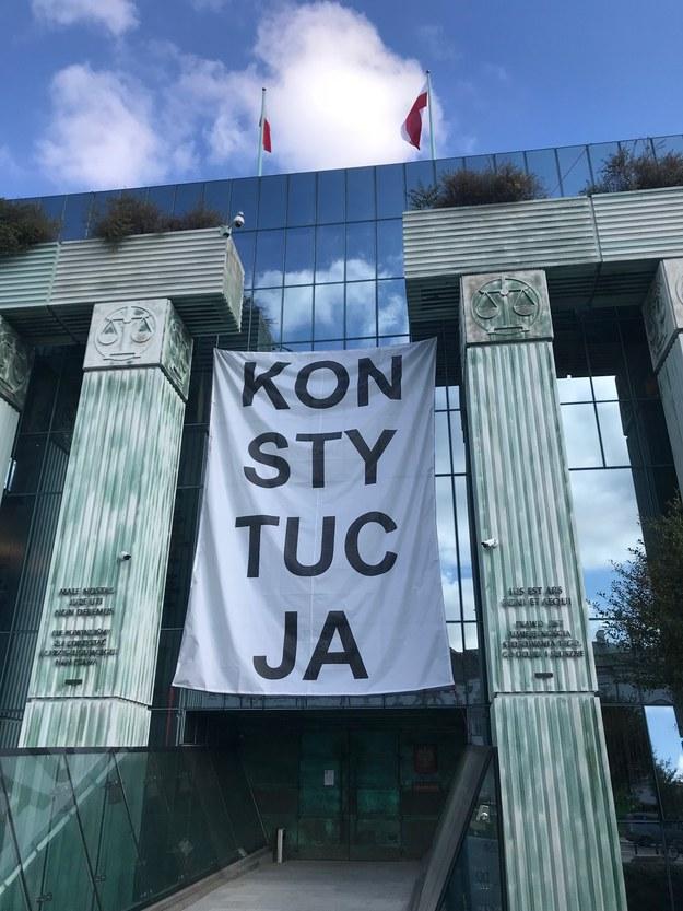 Banner z napisem Konstytucja na budynku Sądu Najwyższego /Tomasz Skory  /RMF FM