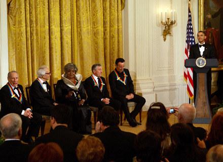 Barack Obama i laureaci nagrody Kennedy'ego (pierwszy z prawej siedzi Bruce Springsteen) - fot. Pool /Getty Images/Flash Press Media
