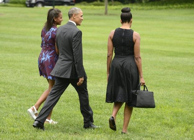 Barack Obama wraz ze swa żoną Michelle i córką Sashą opuścił Biały Dom na pokładzie prezydenckiego śmigłowca Marine One /MIKE THEILER /PAP/EPA
