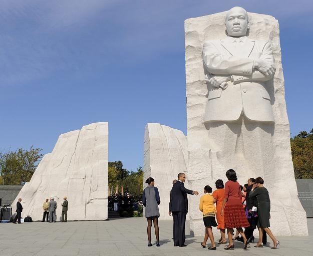 Barack Obama z rodziną pod pomnikiem Martina Luthera Kinga /AFP