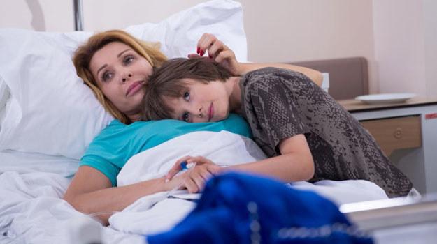 Barbara (Aldona Orman) i Pedro w szpitalu /Agencja W. Impact