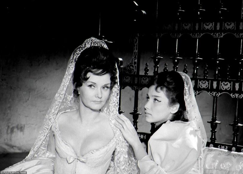 """Barbara Krafftówna i Pola Raksa w filmie """"Rękopis znaleziony w Saragossie"""" (1964) /East News/POLFILM"""