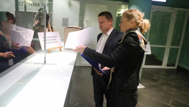 Barbara Nowacka i Grzegorz Wójtowicz składają protest wyborczy / Tomasz Gzell    /PAP