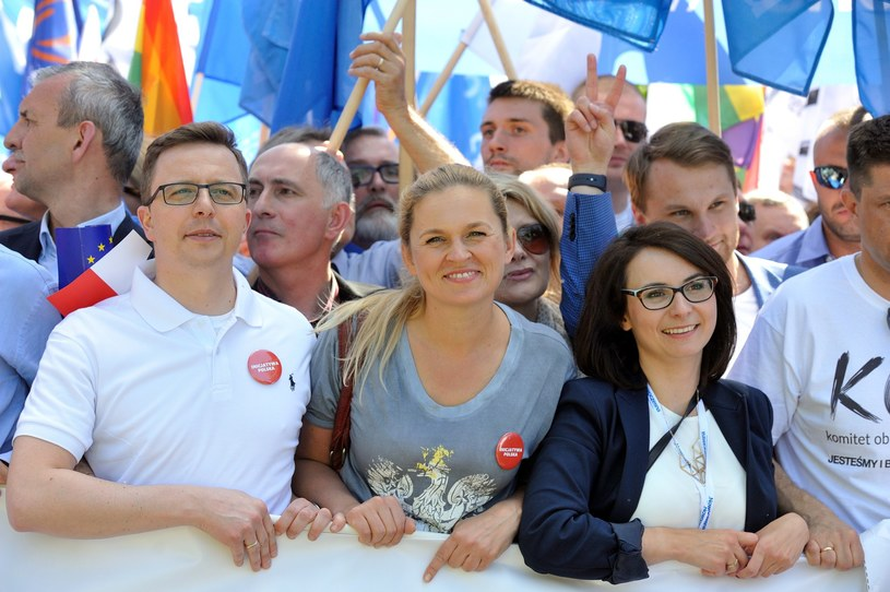 Barbara Nowacka (w środku) na marszu KOD /Witold Rozbicki /Reporter