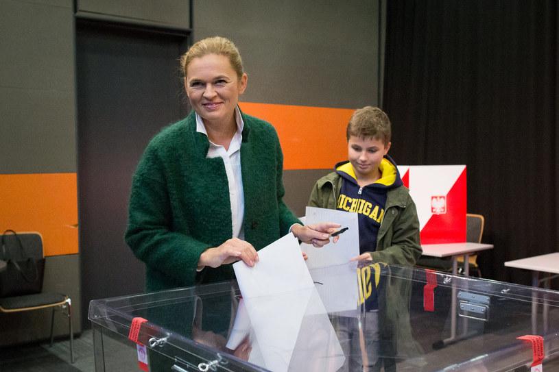 Barbara Nowacka wraz z synem Jakubem oddała głos w wyborach samorządowych /Mateusz Włodarczyk /Agencja FORUM