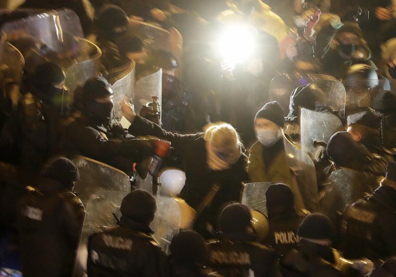 Barbara Nowacka została zaatakowana gazem /Czarek Sokolowski/Associated Press /East News