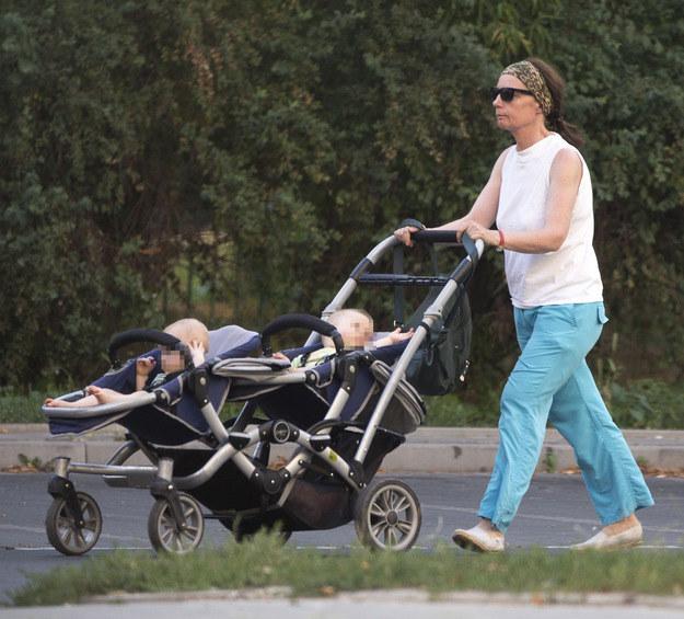 Barbara Sienkiewicz na spacerze z dziećmi /Foto IP