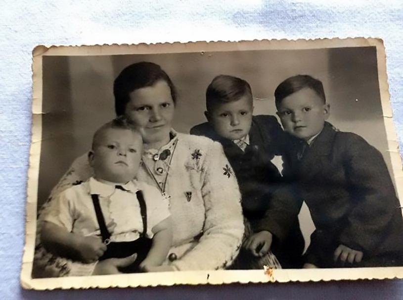 Barbara Stadler z synami: Adolfem, Peterem i Alfredem / fot: CEN/monitorulsv.ro /East News