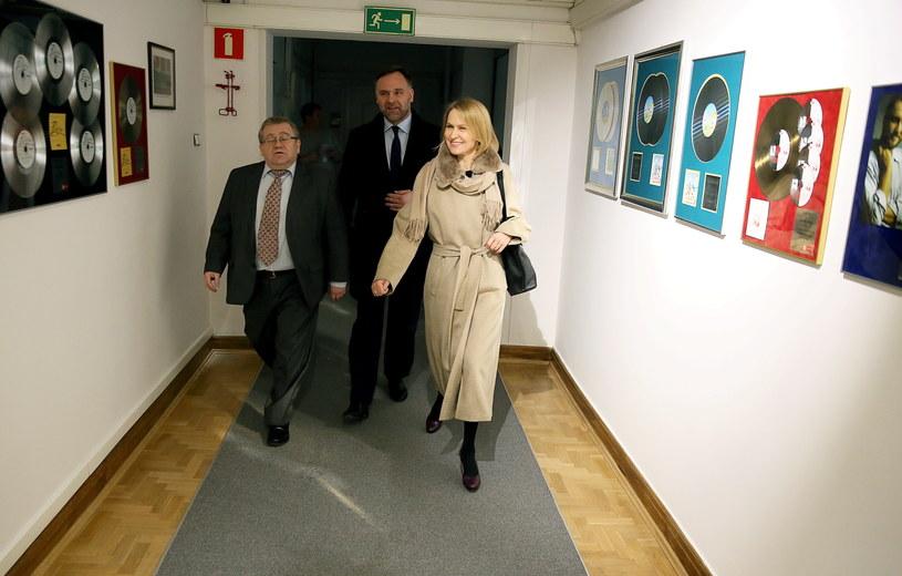 Barbara Stanisławczyk w towarzystwie ministra skarbu wchodzi do siedziby Polskiego Radia /Tomasz Gzell /PAP