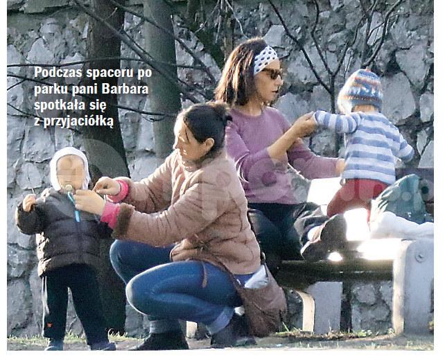 Barbara troskliwie opiekuje się dziećmi /- /Życie na gorąco