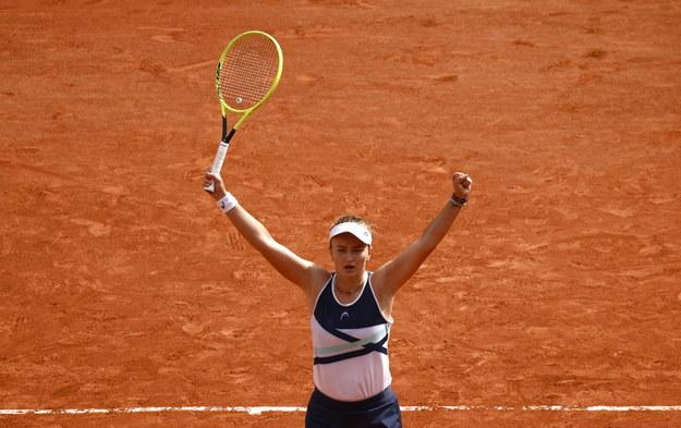 Barbora Krejcikova po zwycięstwie w French Open /YOAN VALAT  /PAP/EPA