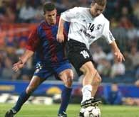 Barcelona - Legia 3:0. Vukovic (z prawej) atakowany przez Mottę