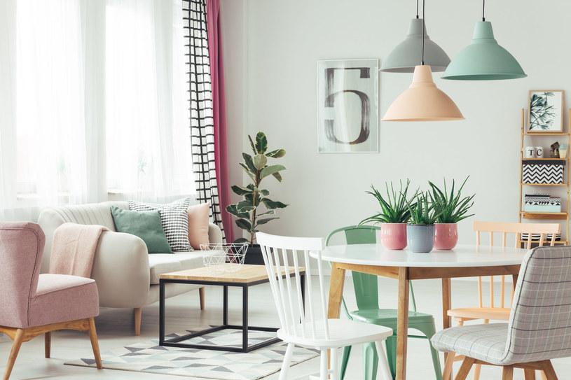 """Bardziej bezpieczne i komfortowe będą stoły z zaokrąglonymi lub """"podciętymi"""" krawędziami /123RF/PICSEL"""