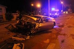 Bardzo groźny wypadek w Olsztynie. Sportowe auto uderzyło w autobus