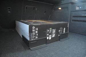 Bardzo sprytne – mocowane rzepami do podłogi uchwyty pomagają utrzymać większe pakunki na miejscu. /Motor