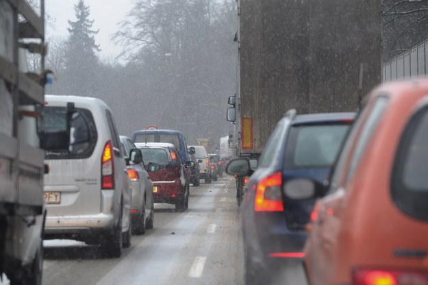 Bardzo trudne warunki drogowe są w całym woj. świętokrzyskim. /Marcin Bielecki /PAP