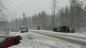 Bardzo trudne warunki na drogach. Policja apeluje o ostrożność