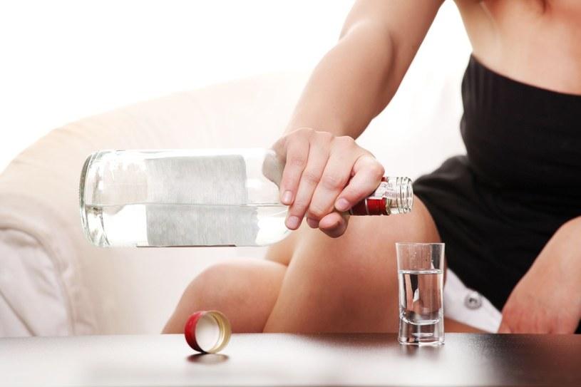 Bardzo trudno jest się zorientować, że bliska kobieta – mama, przyjaciółka, siostra – ma problem z piciem /123RF/PICSEL