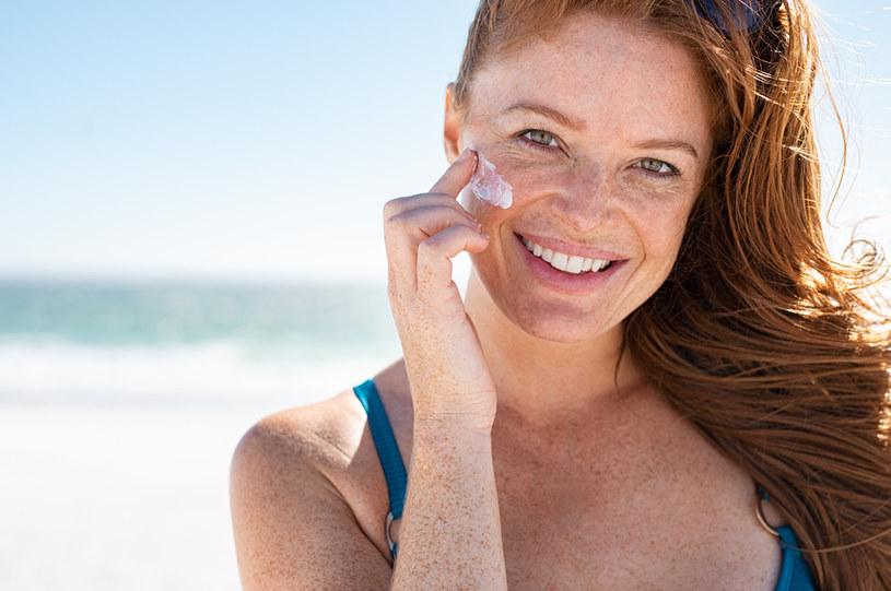 Bardzo ważne jest stosowanie kremów z filtrem, które ochronią skórę przed szkodliwym działaniem promieni słonecznych /123RF/PICSEL