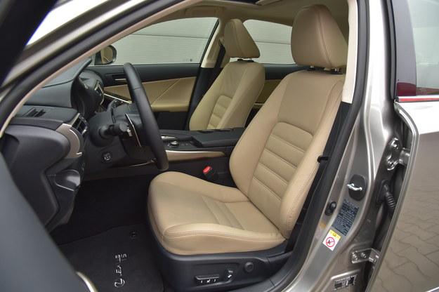 Bardzo wygodne fotele oraz sportowa pozycja za kierownicą. /Motor