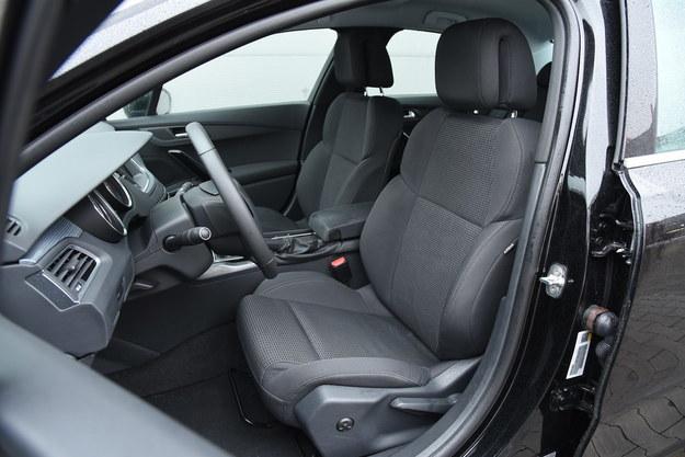 Bardzo wygodne fotele. Ten kierowcy ma dwukierunkową regulację lędźwiową. /Motor