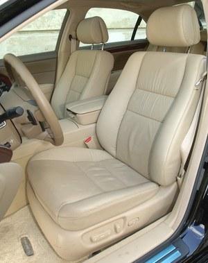 Bardzo wygodne i solidne fotele są najczęściej obszyte skórą i mają szeroki zakres regulacji. /Motor