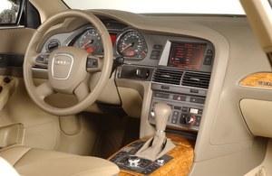 Bardzo wysoka jakość wykonania, a wnętrze jest raczej luksusowe niż sportowe. Ekran komputera jest mniejszy niż w BMW. Do obsługi systemu służy pokrętło MMI. /Motor