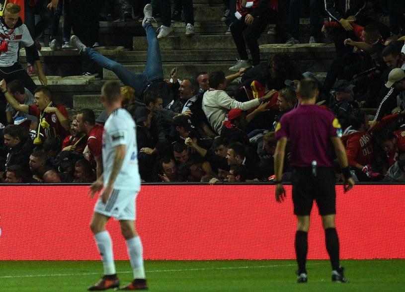 Barierka nie wytrzymała naporu kibiców Lille /AFP