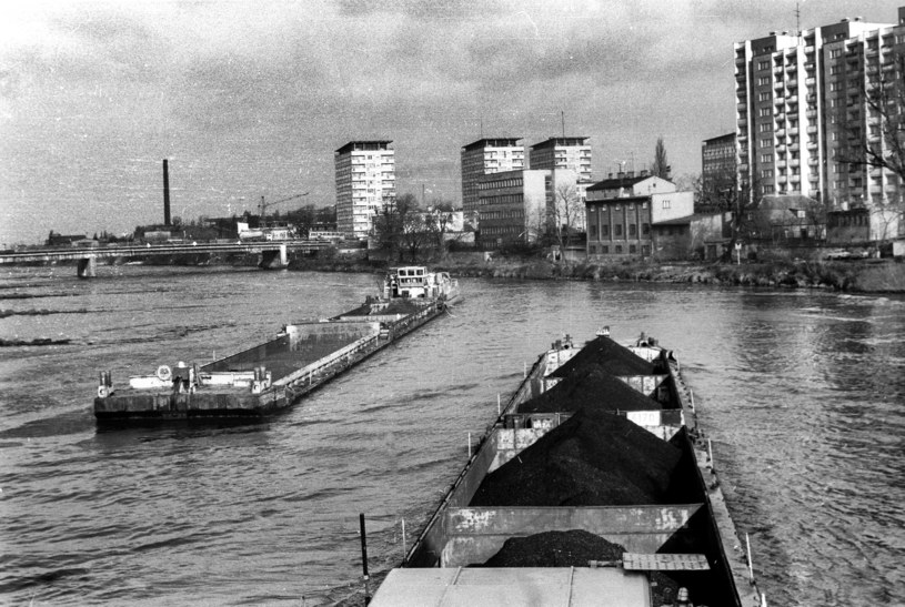 Barki węglarki na Odrze w Opolu. Listopad 1980 r. /Andrzej Marczak  /Agencja FORUM