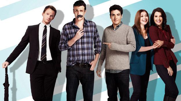 """Barney, Lily, Marshall, Ted i Robin – ekranowi przyjaciele z Nowego Jorku. Jego piękno odkrywali w studiach w Los Angeles, bo tam właśnie powstawały kolejne odcinki """"Jak poznałem waszą matkę"""" /materiały prasowe"""