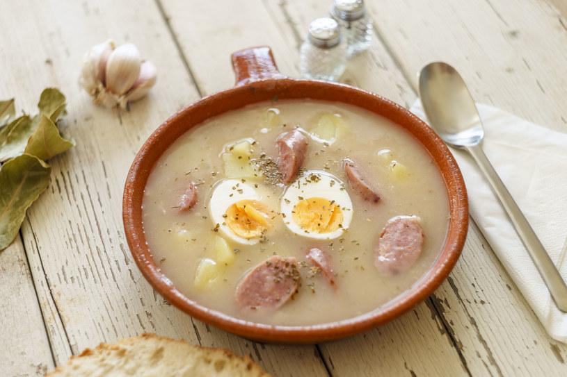 Barszcz biały sprawdzi się nie tylko w roli zupy – może nam też posłużyć jako baza do tart, potrawek czy sosów /123RF/PICSEL