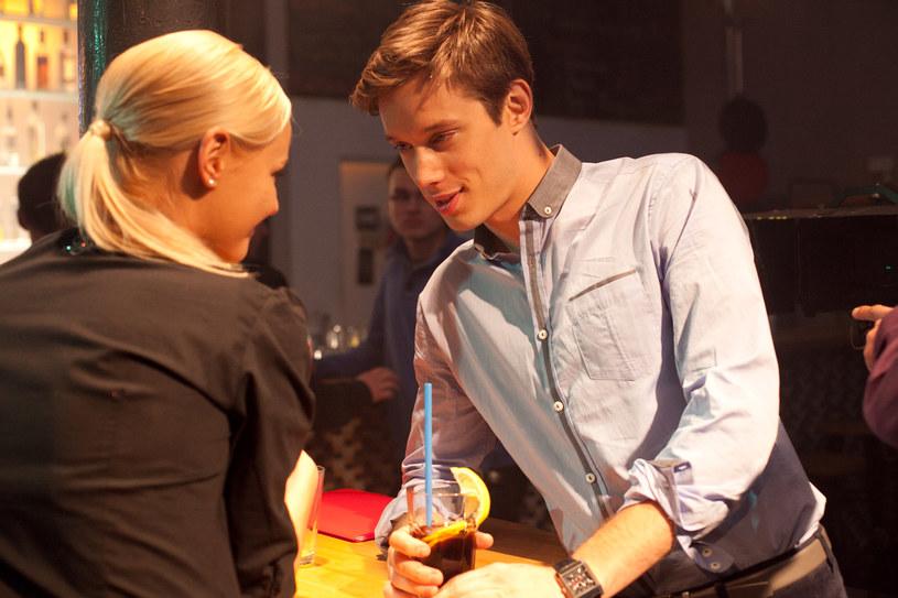 Bartek i Justyna umówią się w barze w sprawie służbowej, lecz ich spotkanie szybko zmieni charakter. /x-news/ Agnieszka K. Jurek /TVN