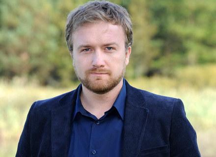 """Bartek Kasprzykowski na planie """"Domu nad rozlewiskiem"""", fot. Andras Szilagyi /MWMedia"""