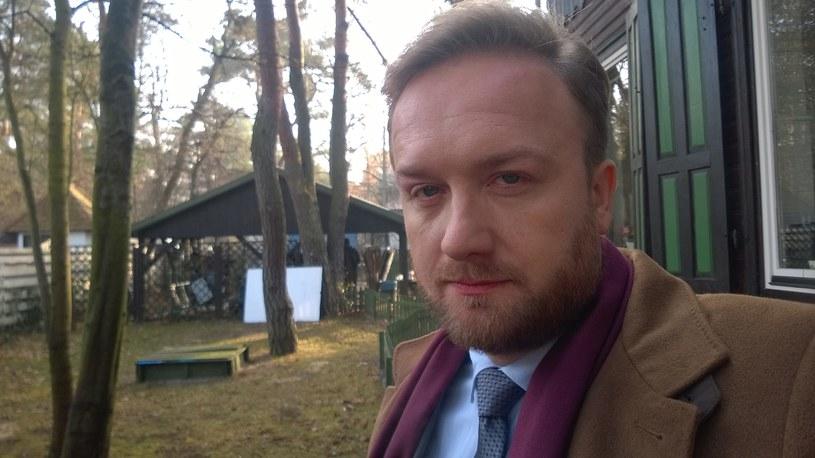 """Bartek Kasprzykowski na planie """"Przyjaciółek 5"""" /Facebook /internet"""