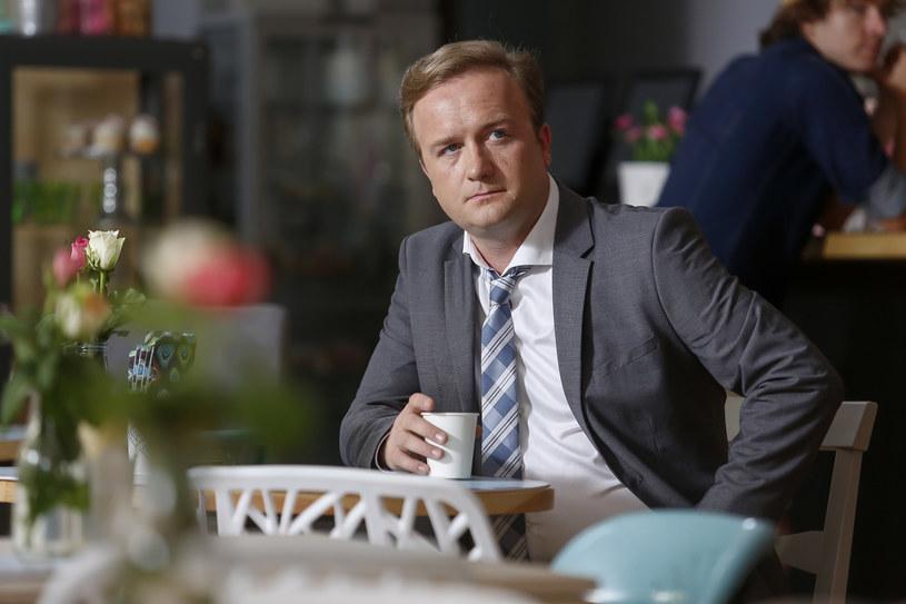 """Bartłomiej Kasprzykowski na planie serialu """"Przyjaciółki"""". /Baranowski Michał  /AKPA"""