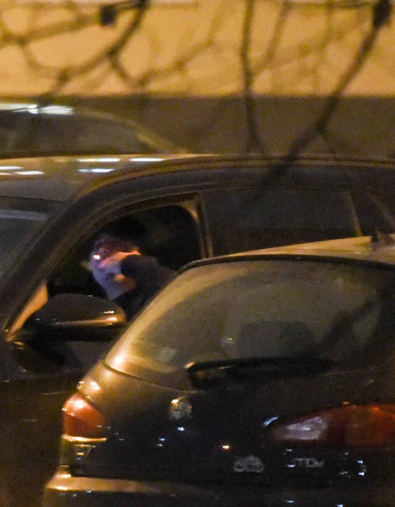 Bartłomiej Misiewicz pali papierosa w samochodzie /Newspix