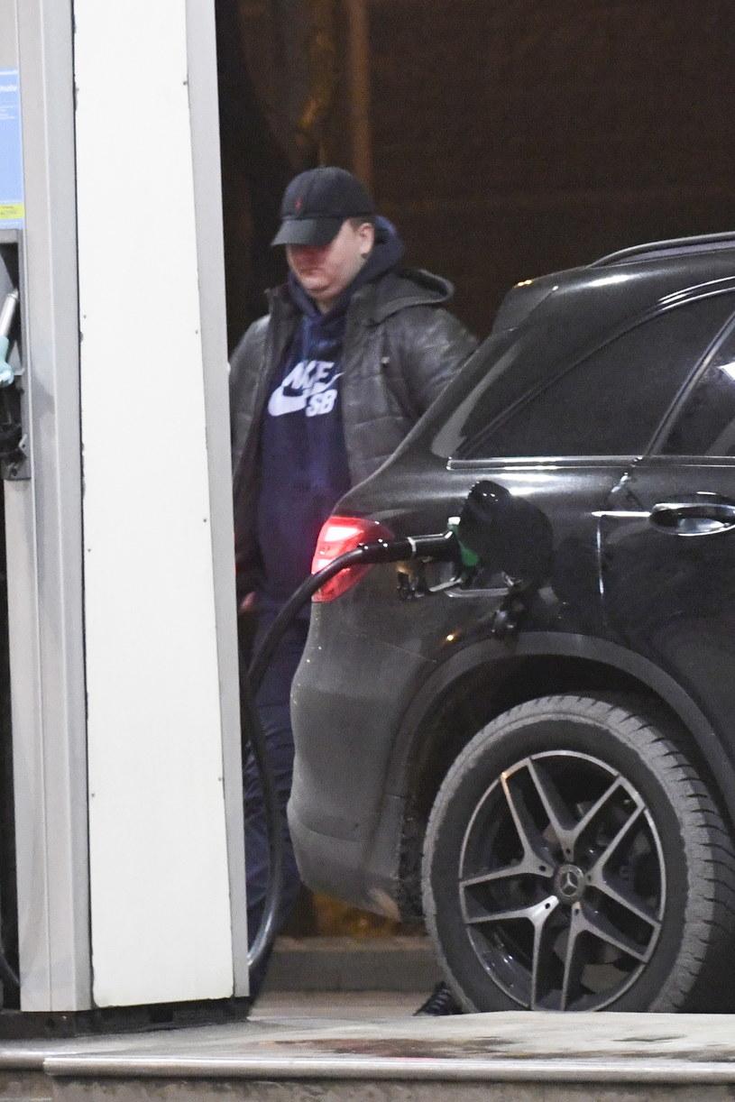 Bartłomiej Misiewicz tankuje samochód /Newspix